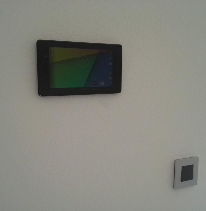 Tablet na stene