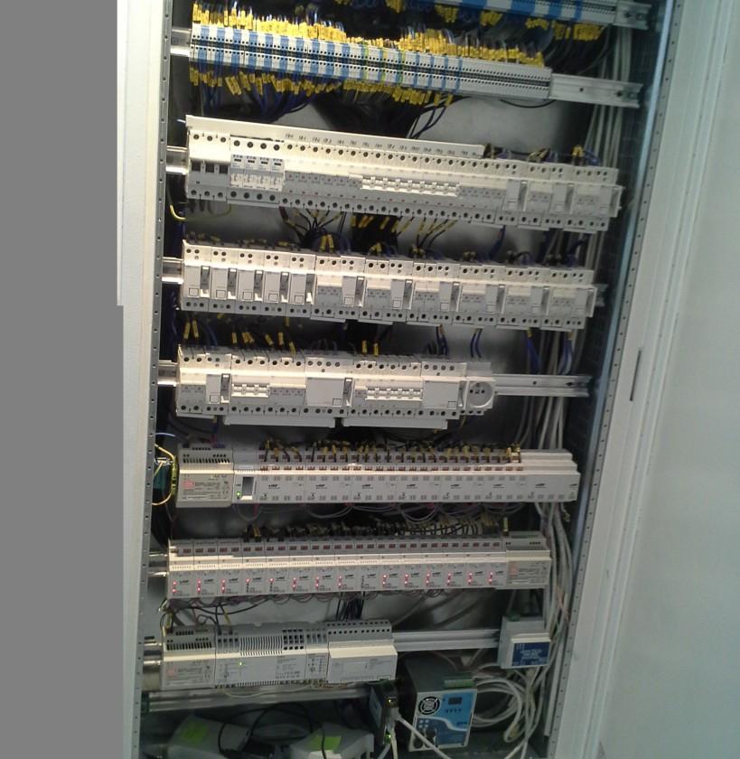 odkrytovaný rozvádzač naplnený komponentami TapHome HomeMatic (domáca automatizácia) a OEZ (ističe, prúdové chrániče)