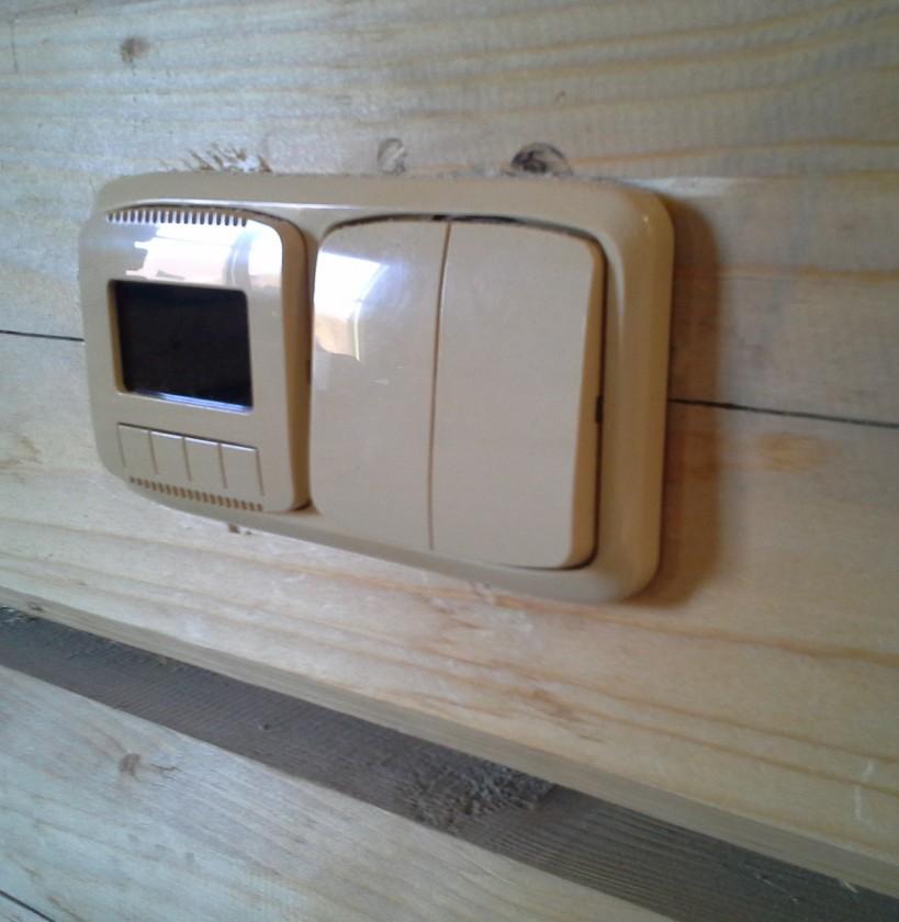 dizajnový programovateľný priestorový termostat spolu s vypínačom svetiel v dvoj-rámiku - dizajn ABB Tango