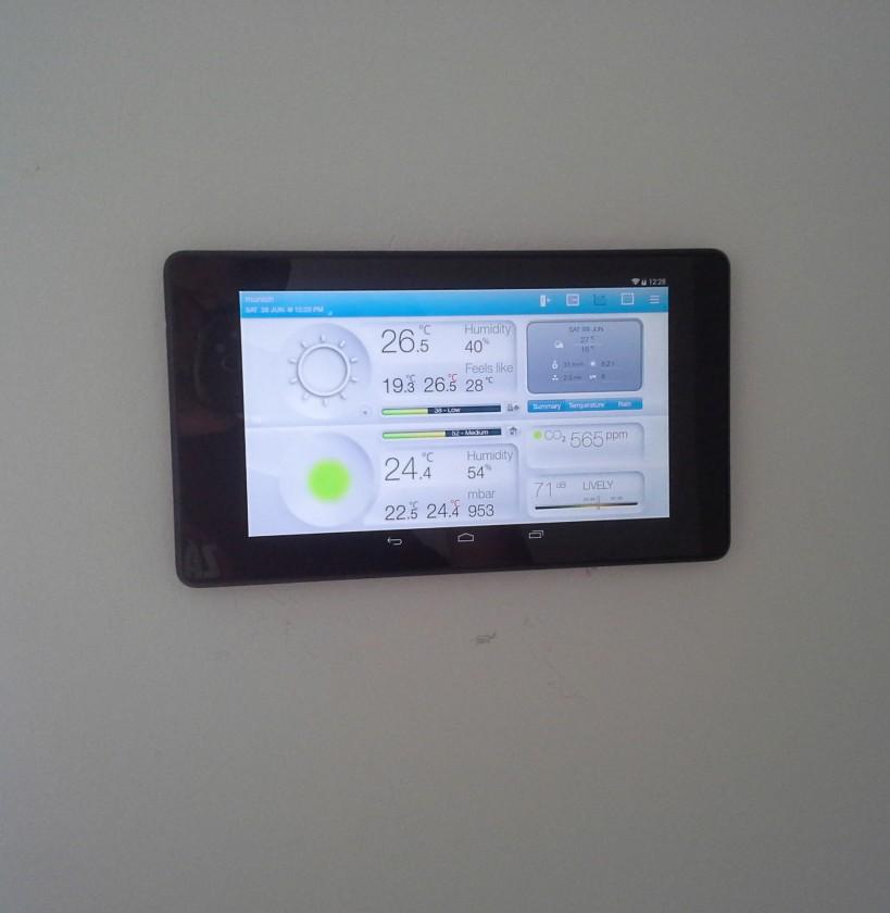 Tablet drží ma neodymových magnetoch - odnímateľný. Pod ním v stene je bezkontaktná nabíjačka. Tablet slúži na centrálne riadenie domácnosti.