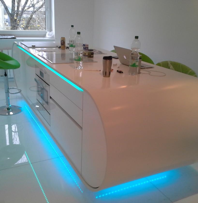 RGB podsvietenie, motorizované šuflíky, výsuvné zásuvky