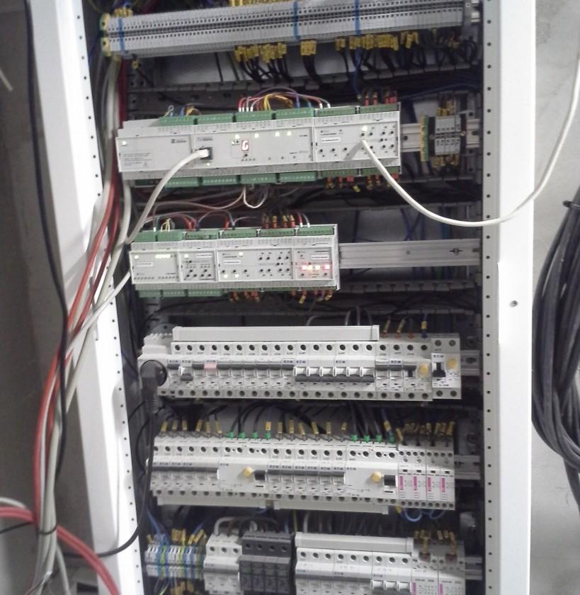 hlavný rozvádzač rekreačnej chaty s riadiacim systémom domácej automatizácie Foxtrot