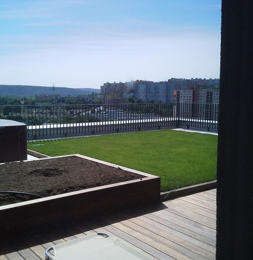 výhľad z bytu na terasu