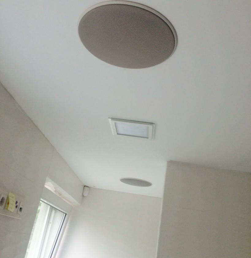 Stropné reproduktory v kúpeľni, v strede štvorcové LED svietidlo